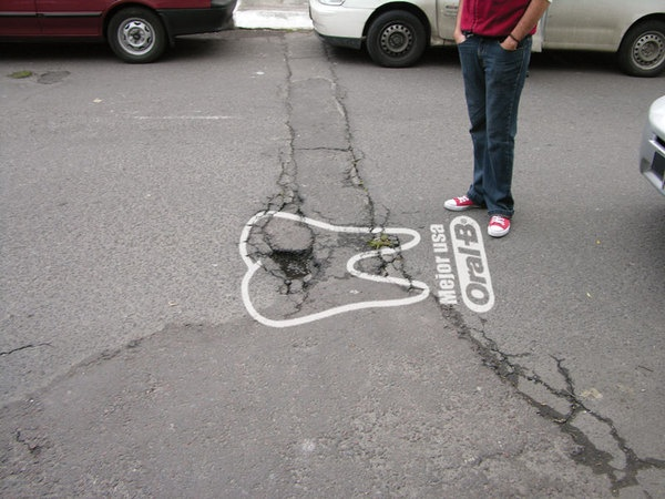 Oral B - Broken teeth drawn on street